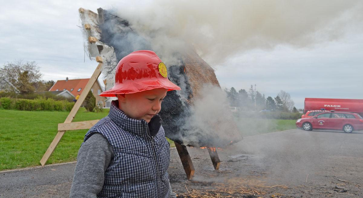 Brandtest af brandsikret stråtag ved Falck i Gilleleje. Som altid før flammerne hurtigt ud, og branden overgår til en langsomt udviklende glødebrand.