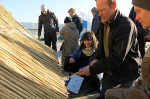 Studerende fra Arkitektskolen i Aarhus leger tækkemænd for en dag