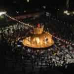 En japansk tækkemand viste ved en kulturfestival i byen Kochi, hvad strå kan. Materialerne er rishalm, træ og bambus. Pavillonen vakte opsigt og blev flittigt besøgt og benyttet.