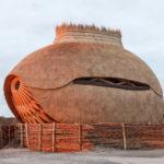 """Ved Stellendam tæt ved kysten nær Rotterdam i Holland kan dette prægtige bygningsværk ses. Det er et """"fugletårn"""", et skjul i et naturområde, hvorfra man kan se på fugle. De 5 fotos fortæller bedre end ord, hvad arkitektur i samarbejde med dygtige håndværkere kan præstere."""